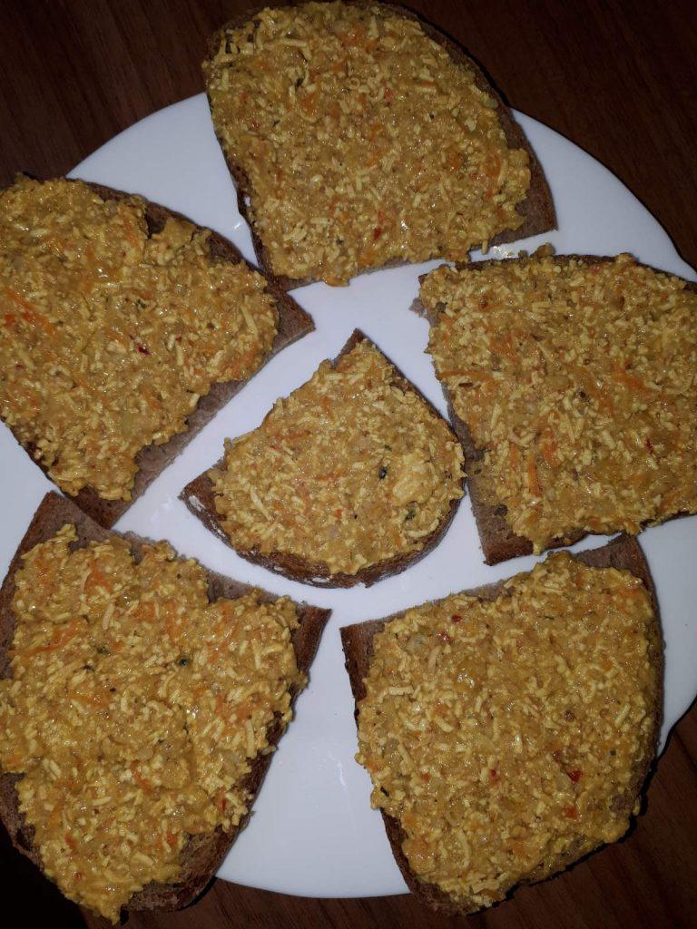 Pomazánka s ovsenými vločkami, tofu a sušeným droždím.
